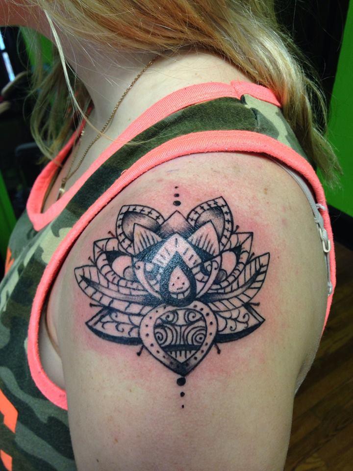 Lotus flower shoulder piece tatoo - Saudos