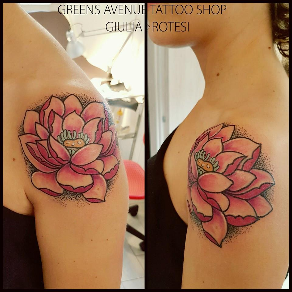 70 pretty lotus flower tattoo designs saudos lotus flower tattoo lotus flower tattoo on shoulder izmirmasajfo